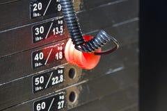 Fermez-vous de la pile de poids avec la goupille rouge photo libre de droits