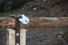 Fermez-vous de la porte en bois Image stock