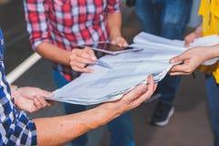 Fermez-vous de la réunion d'ingénieur de main pour le fonctionnement de projet architectural avec des outils d'associé et d'ingén photographie stock libre de droits