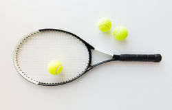 Fermez-vous de la raquette de tennis avec des boules images stock