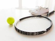 Fermez-vous de la raquette de tennis avec la boule et les espadrilles Photos stock