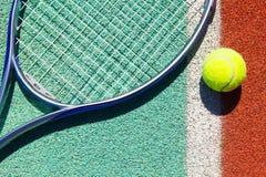 Fermez-vous de la raquette et de la boule de tennis Photo libre de droits