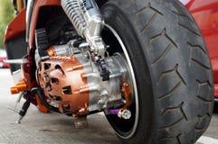 Fermez-vous de la roue arrière de moto de vintage, pneu de foyer Photographie stock