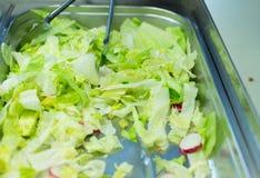 Fermez-vous de la salade de laitue romaine dans le récipient images libres de droits