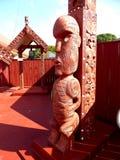 Fermez-vous de la sculpture découpée par Maori Wooden traditionnelle Nouvelle Zélande images stock