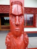 Fermez-vous de la sculpture découpée par Maori Wooden traditionnelle Nouvelle Zélande images libres de droits