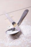 Fermez-vous de la seringue avec la substance de drogue, la poudre d'héroïne et la cuillère Photographie stock libre de droits