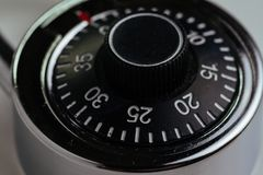 Fermez-vous de la serrure de combinaison avec le cercle des nombres et du code pour ouvrir en employant comme sécurité, sécurité  photographie stock