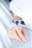 Fermez-vous de la solution saline avec des patients photos stock