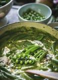 Fermez-vous de la soupe aux pois verte photos libres de droits