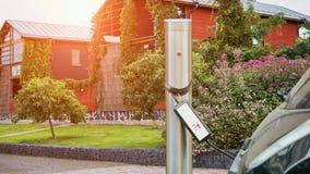 Fermez-vous de la station de charge Un câble est relié à la station, qui charge une voiture électrique banque de vidéos