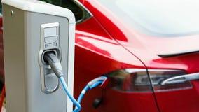 Fermez-vous de la station de charge Un câble est relié à la station, qui charge une voiture électrique Flashes d'indicateur de pr banque de vidéos