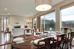 Fermez-vous de la table de salle à manger de vintage dans la maison luxueuse photo stock