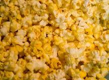Fermez-vous de la texture et des détails sautés beurrés jaunes d'or de maïs Images stock