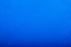 Fermez-vous de la texture grenue sur le tissu bleu lumineux Images libres de droits