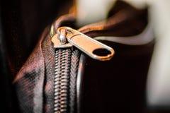 Fermez-vous de la tirette noire de sac en cuir Image stock