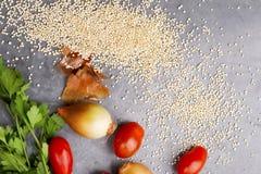 Fermez-vous de la tomate-cerise, de l'oignon et du persil de grains de quinoa images libres de droits