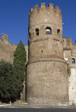 Fermez-vous de la tour de Porta San Paolo Gate Images stock