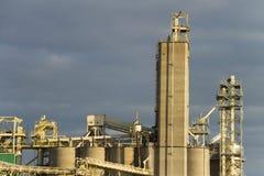 Fermez-vous de la tour de poubelle de grain, équipement agricole Photos stock