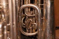 Fermez-vous de la tuyauterie sur un vieux, Bien-utilisé, bosselé tuba image libre de droits