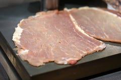 Fermez-vous de la viande crue sur la planche à découper Images libres de droits