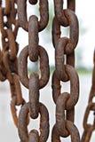 Fermez-vous de la vieille chaîne rouillée en métal au chantier de construction Image stock