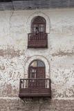 Fermez-vous de la vieille fenêtre d'une façade de maison dans Cuzco Pérou Le centre ville historique images stock