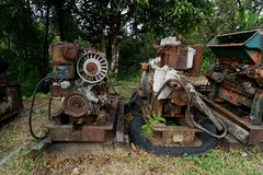 Fermez-vous de la vieille machine faite à l'usine de l'acier et utilisée dans la machine cassée et rustique passée laissée plus d photos libres de droits