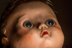 Fermez-vous de la vieille poupée en plastique négligée et impopulaire Photographie stock