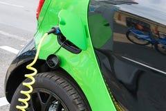 Fermez-vous de la voiture électrique chargeant Image libre de droits