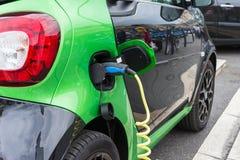 Fermez-vous de la voiture électrique chargeant Image stock