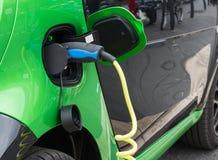 Fermez-vous de la voiture électrique chargeant Photos stock