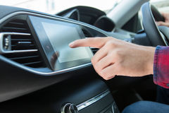 Fermez-vous de la voiture d'Using Touchscreen In de conducteur Images stock