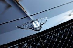 Fermez-vous de la voiture de noir de Bentley Winged B Logo On The Hood Of A photos stock