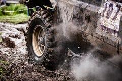 Fermez-vous de la voiture tous terrains dans la boue Photo libre de droits