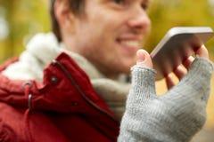 Fermez-vous de la voix d'enregistrement de l'homme sur le smartphone images libres de droits