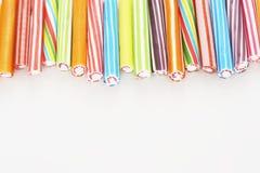 Fermez-vous de la vue de bâtons de sucre candi du tir ci-dessus de studio Photos stock