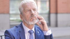 Fermez-vous de penser le vieil homme d'affaires Brainstorming, extérieur banque de vidéos
