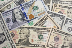 Fermez-vous de plusieurs billets d'un dollar chaotiquement alignés Photographie stock