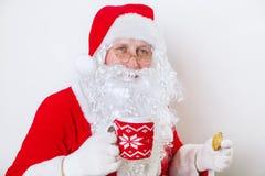 Fermez-vous de Santa Claus heureuse avec le verre du lait et du biscuit Temps de Noël photo libre de droits