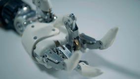 Fermez-vous de serrer des doigts d'une main robotique banque de vidéos