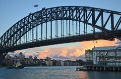 Fermez-vous de Sydney Harbour Bridge et des quais environnants Images stock