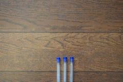 Fermez-vous de trois stylos bleus photos libres de droits