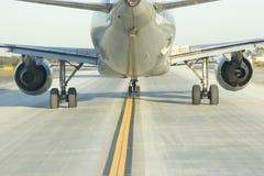Fermez-vous derrière l'avion de ligne Images libres de droits