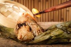 Fermez-vous des écrous de ginkgo avec le zongzi Image stock