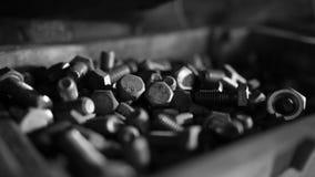 Fermez-vous des écrous en acier - et - des boulons dans la boîte à outils images libres de droits