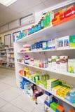 Fermez-vous des étagères des drogues Images stock