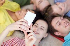 Fermez-vous des étudiants ou des amis avec des smartphones Images libres de droits