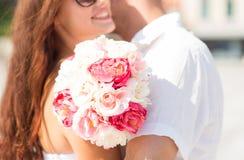Fermez-vous des ajouter aux fleurs de groupe dans la ville Photo stock