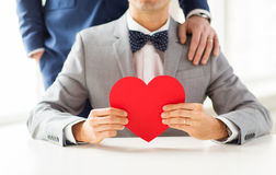 Fermez-vous des ajouter gais masculins au coeur rouge Image stock